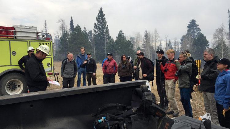 Life Taiga-gruppen lyssnar till bränningens bränningsledare.